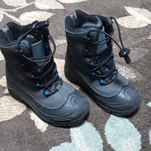 Boys Columbia snow boots with omni heat
